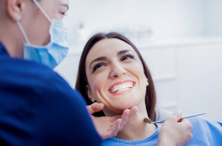 ¿Qué son los implantes dentales? Tratamiento y ventajas